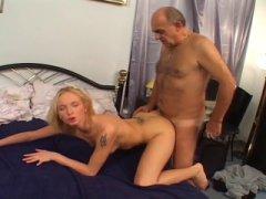 Photo Film porno de *Un petit vieux chauve se tape une bombasse blonde* sur CduPorno.fr