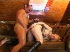 Photo Film porno de *Ce vieux sadique s'enfile une blondasse cochonne* sur CduPorno.fr