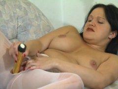 Photo Film porno de *Femme mûre, elle s'astique la fente avec un vibro* sur CduPorno.fr