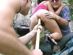 Photo Film porno de *Vieille salope humiliée sur un scooter* sur CduPorno.fr