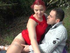 Photo du Film porno *Une jeune rousse Française bien en chair prise en Gang-bang dans les bois*