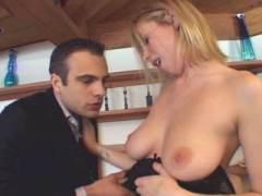 Photo Film porno de *Une blonde aux gros seins cherche une grosse bite* sur CduPorno.fr