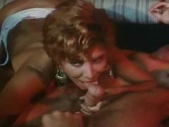 Photo Film porno de *Film X amateur de 2 femmes matures bourgeoises qui se tapent une partie de baise avec 3 mecs* sur CduPorno.fr